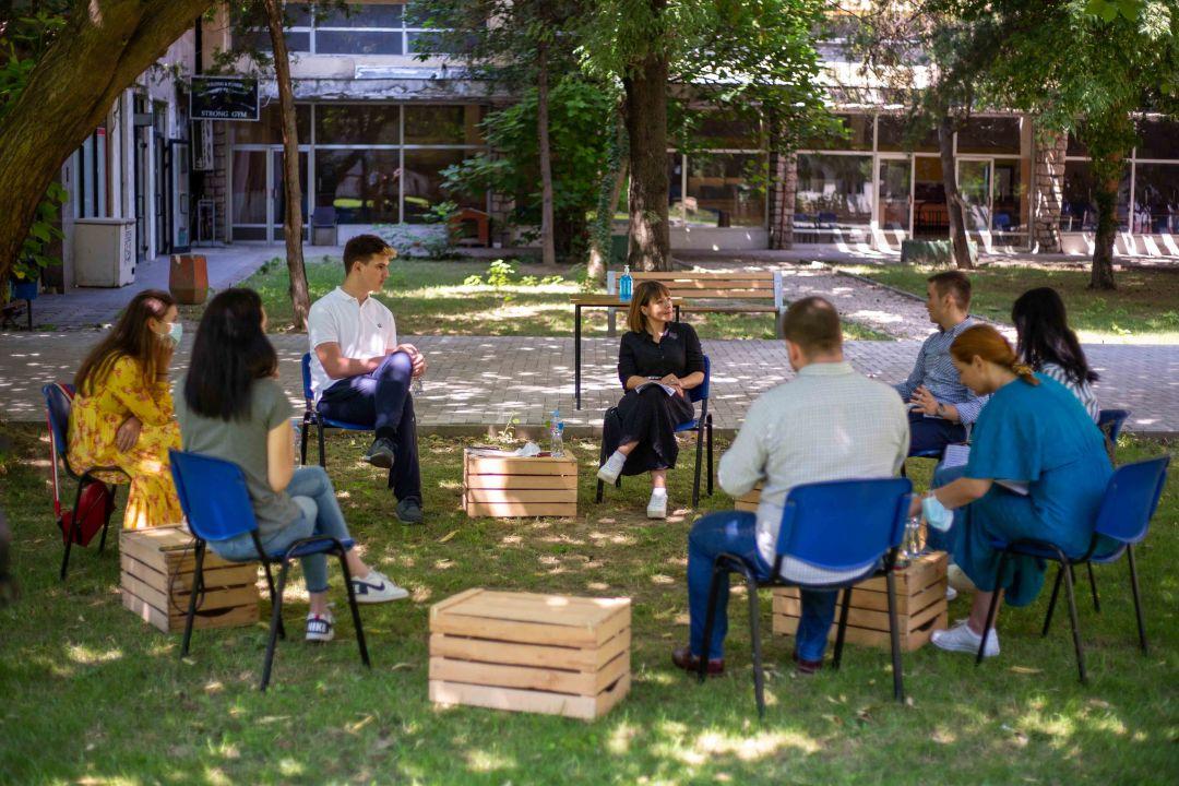 Царовска на средба со младите: Од септември учениците ќе добиваат зголемени стипендии од 3.500 денари
